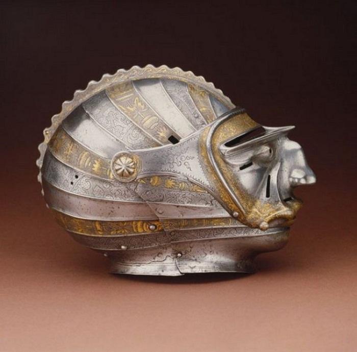 Закрытый шлем-маска, который был популярен в начале 16-го века.